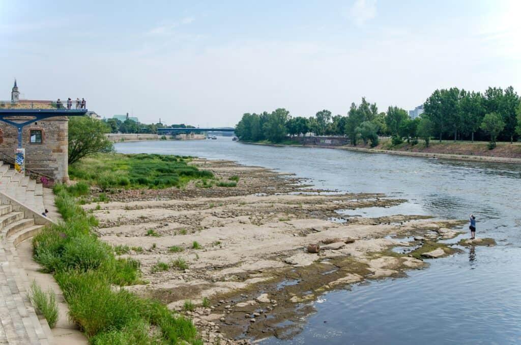 แม่น้ำไหลผ่าน